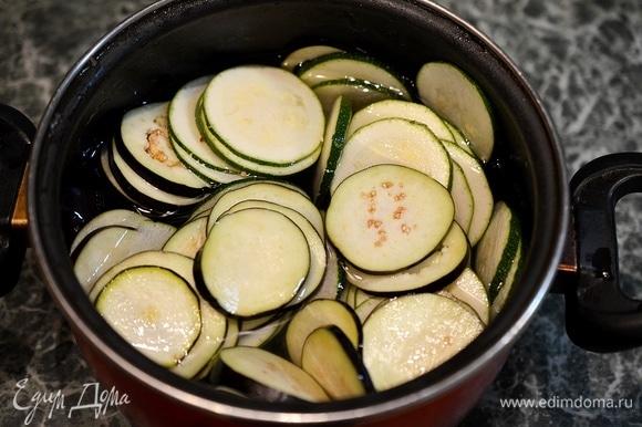Нарезанные овощи положите в соленую воду. На 1 л воды — 1 ч. л. соли. Соленая вода заберет лишнюю влагу из овощей.