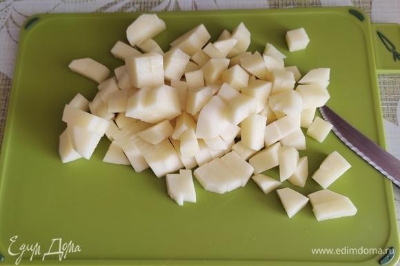 В кипящий куриный бульон бросить мелко нарезанную картошку.
