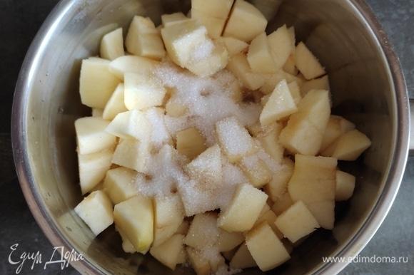 Переложить в сотейник. Добавить сахар и варить на среднем огне около 7–10 минут, помешивая.