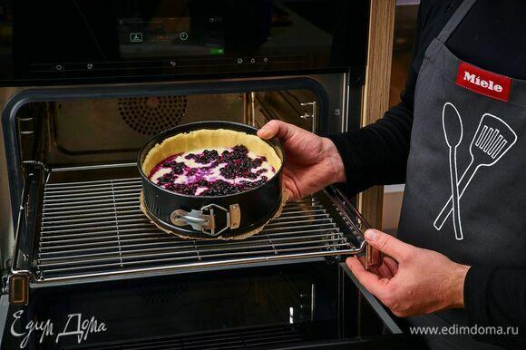 Выпекайте пирог в комби-пароварке Miele на режиме «Интенсивное выпекание» для пирогов с жидкой начинкой около 35 минут при 180°С. В обычной духовке выпекайте пирог при 180°С около 40 минут.