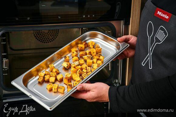 На комби-пароварке Miele выберите программу «Овощи» — «Тыква». Поставьте готовиться тыкву. В обычной духовке запекайте тыкву при 180°С около 30 минут.