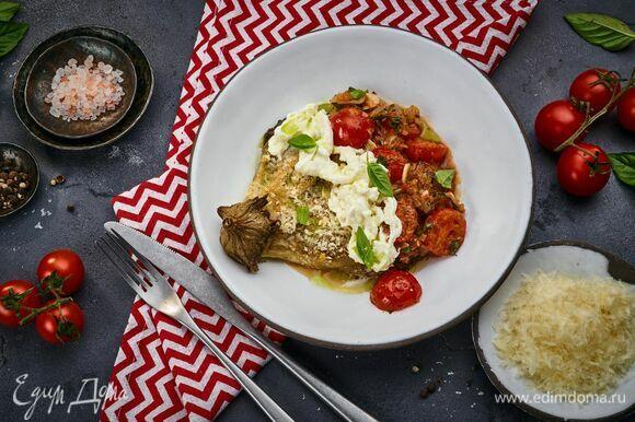 Выложите на тарелку часть соуса и баклажан. Сверху — страчателлу и немного тертого пармезана. Рядом выложите соус. Подавайте!