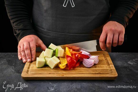 Цукини, красный лук и болгарские перцы нарежьте крупными кусками.