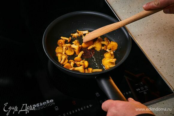 В той же сковороде обжарьте лисички до полного испарения жидкости.