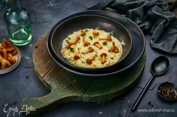 По приготовлению ризотто добавьте обжаренные лисички и овощи, перемешайте. Разложите блюдо по тарелкам, посыпьте рубленой петрушкой, тертым сыром и подавайте!