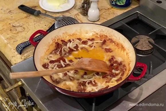 В сковороду выложить оставшееся сливочное масло, нарезанные лук и помидоры, посыпать хлопьями чили, перемешать и немного обжарить, затем влить вино и, помешивая, выпарить его, в конце посолить.