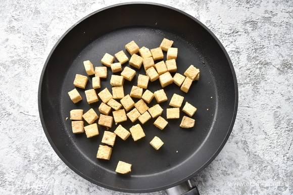 Слегка подсушиваю на сковороде.