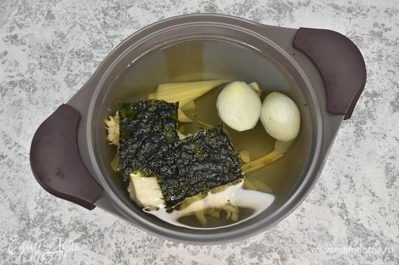 Варю овощной бульон из стебля сельдерея, ножек от вешенок, репчатого лука с добавлением водорослей нори.