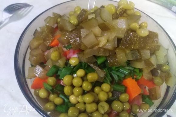 Нарезать картофель, морковь, репчатый и зеленый лук, соленые огурцы. Добавить зеленый горошек. Посолить. Влить растительное масло. Можно заправить майонезом — тоже очень вкусно.