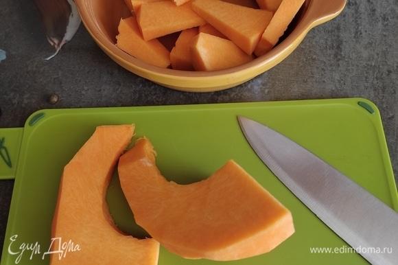 Тыкву вымыть, очистить от мякоти и семечек, нарезать примерно одинаковыми кусочками. Сложить в форму для запекания.