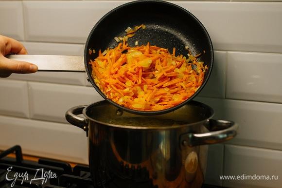 Отправить в кастрюлю к картофелю. Варить еще 10–15 минут, до полной готовности овощей.
