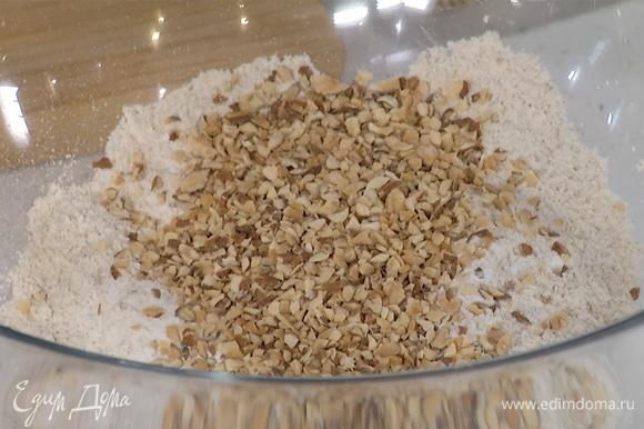 В одной емкости смешать все сухие ингредиенты: цельнозерновую и овсяную муку, миндаль, разрыхлитель и соль.