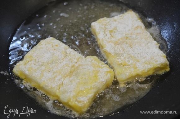 В сковороде разогрейте масло, положите рыбу и обжаривайте по 5–7 минут с каждой стороны на умеренном огне, до хрустящего состояния.
