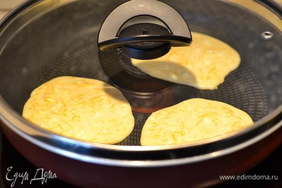 Выпекаем на сухой сковороде с закрытой крышкой. Мощность плиты средняя (у меня 4 из 9). Блинчик сверху тоже должен схватиться.