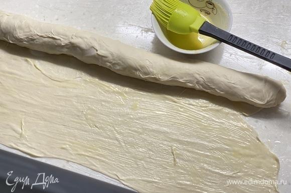 Далее раскатать тесто в пласт толщиной 0,5 мм. Смазать растопленным сливочным маслом. Свернуть в плотный рулет.