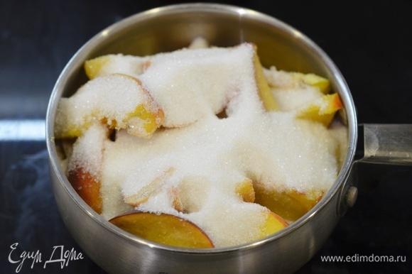 Засыпьте сахаром и ванильным сахаром. Оставьте на 1 час, чтобы персики дали сок.