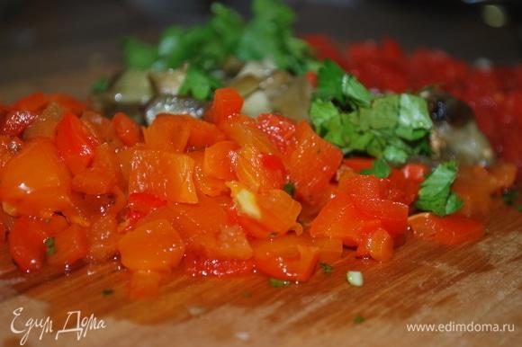 Баклажаны, перцы и помидоры мелко нарежьте на одинаковые кубики.