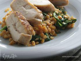 Курица гриль с жареным шпинатом и чечевицей
