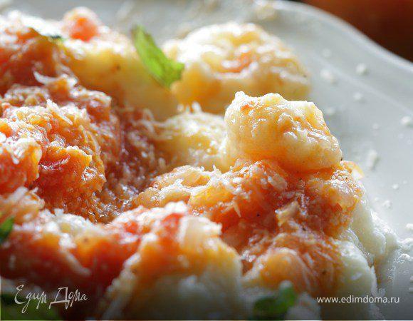 Картофельные ньокки с соусом из помидоров и базиликом