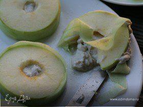 Сэндвич из яблока с сельдью по-кончаловски