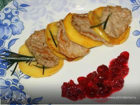 Телятина с яблоком и ягодным соусом