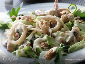 Теплый салат с морским коктейлем и свежим огурцом