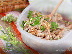 Куриное мясо с грецкими орехами, тушенное в сметан