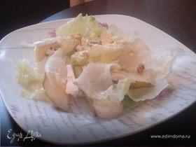 Светлый салат с сыром и орехами