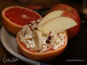 Творожный завтрак с яблоком, бананом и сухофруктами