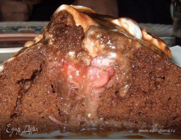 Шоколадный кекс с клубникой и взбитыми сливками