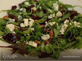 Салат с голубым сыром, финиками и миндалем