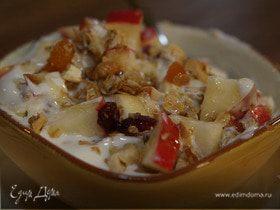 Гранола с йогуртом, ягодами и кленовым сиропом