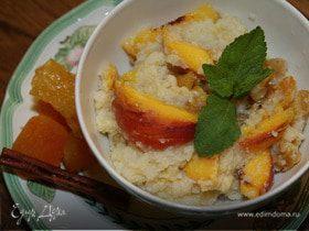 Рисовые хлопья с персиками, сухофруктами и кленовым сиропом
