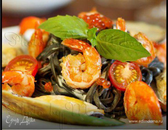 Черные спагетти с морепродуктами и сырным соусом