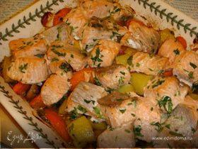 Жареный лосось с морковью, грибами и молодым картофелем.
