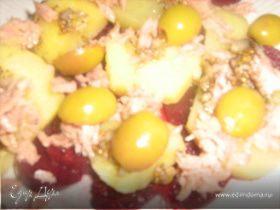 Теплый салат с картофелем, свеклой и тунцом