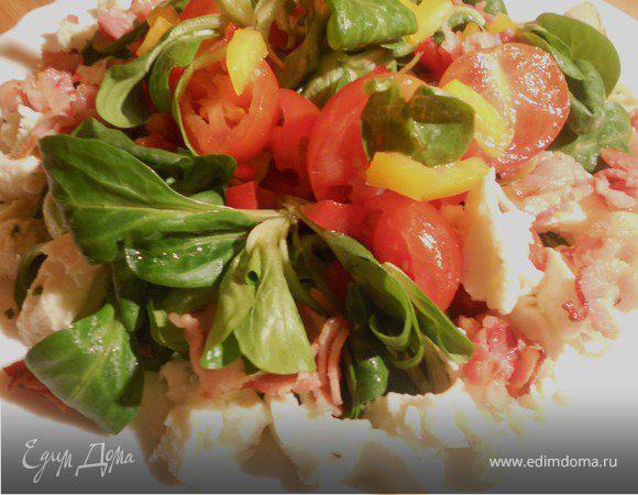 Овощной салат с моцареллой и хрустящей грудинкой