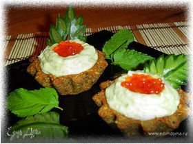 Тарталетки из ржаного хлеба с кремом из авокадо с сельдью
