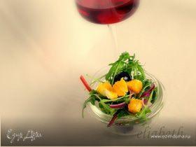 Зеленый салат с апельсинами и черными маслинами