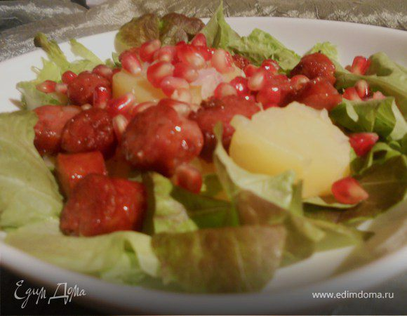 Теплый картофельный салат с колбасками и гранатом