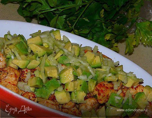 Курица с паприкой и сальсой из авокадо