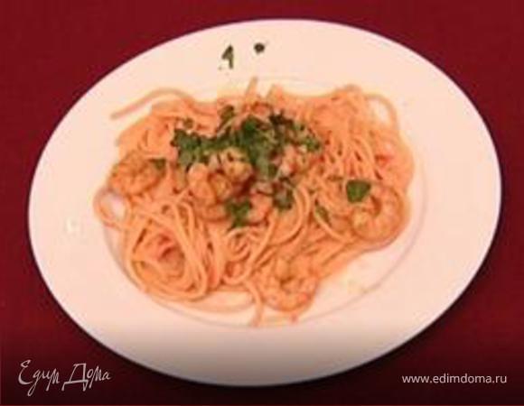 Спагетти с лососем и креветками.