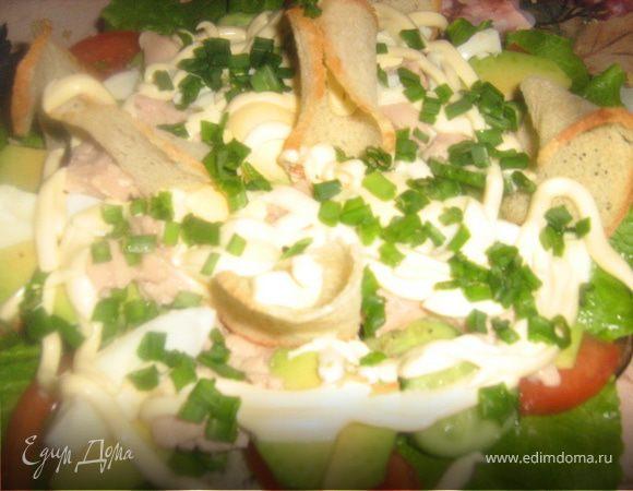 Салат с печенью трески, авокадо и хлебными чипсами