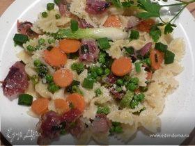 """Фарфалле (паста """"бантики"""") с пармской ветчиной и яркими овощами"""