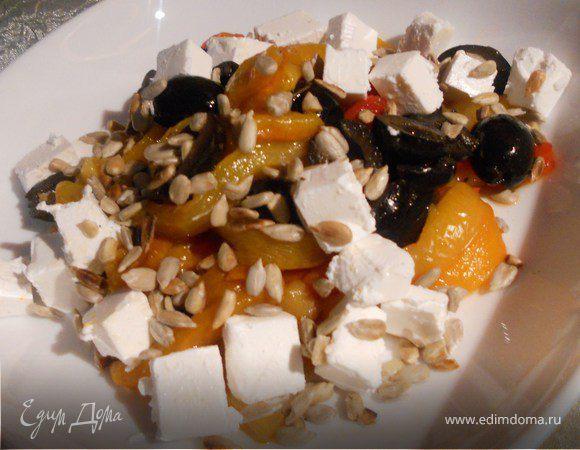 Салат из запеченого перца с фетой и семечками