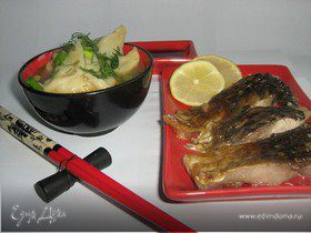 Рыбный суп с пельменями из креветок.