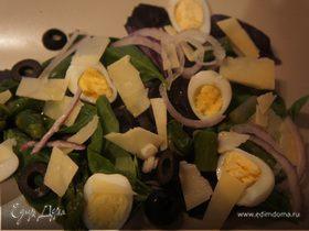 Салат со свежим базиликом, спаржей и перепелиными яйцами
