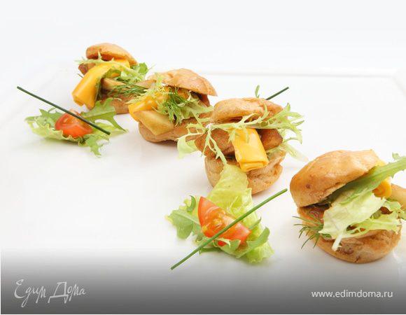 Заварной мини - сэндвич с сырным ассорти, маринованной грушей и листьями