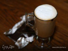 Кофе эспрессо с шоколадом и взбитым молоком