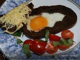 Яйца, запеченные в хлебе, с помидорами и базиликом